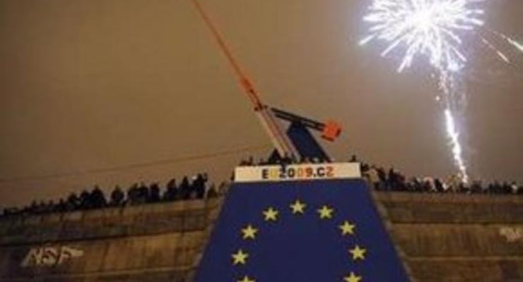 В Праге неизвестные сожгли гигантский флаг ЕС