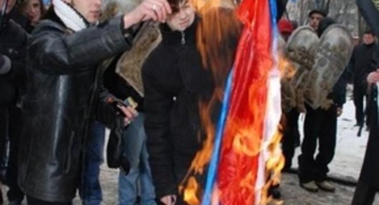 Во Львове пикетчики сожгли российский флаг