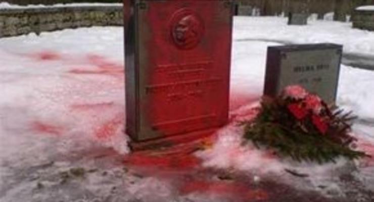Вандалы осквернили могилу первого президента Эстонии