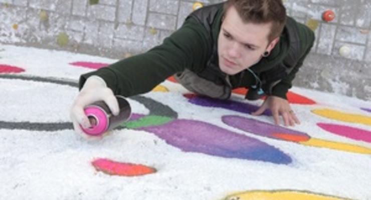 Победитель конкурса Сirque du Soleil завершил создание огромного граффити в центре Киева