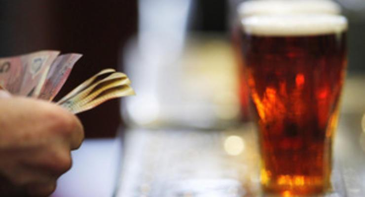 Немецкий пастор общается с прихожанами за кружкой пива