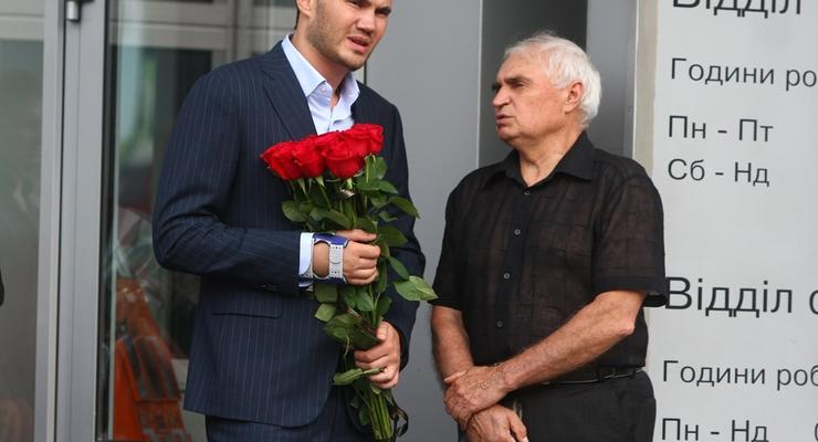 Сын Януковича с поломанной рукой пришел проститься с легенарным автогонщиком