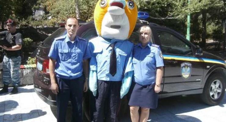 Милиционер пришел к детям с головой дельфина (ФОТО)