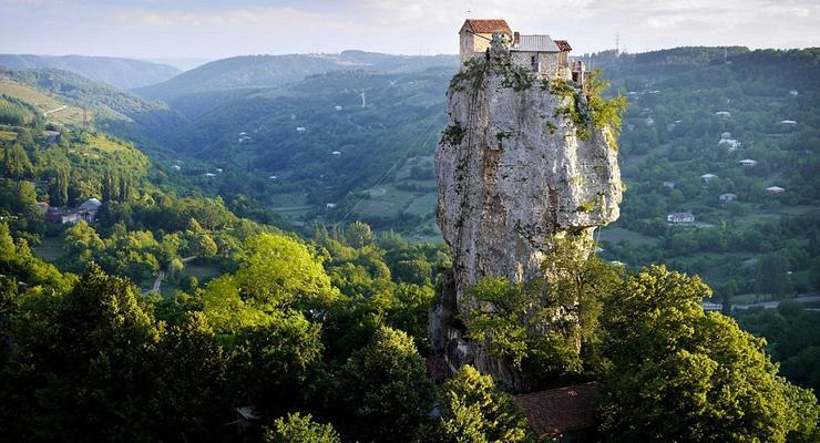 Ближе к Богу: как живет монах на 40-метровой скале (ФОТО)