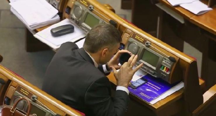 Журналисты сняли, как Мирошниченко ест борщ из термоса в зале Рады