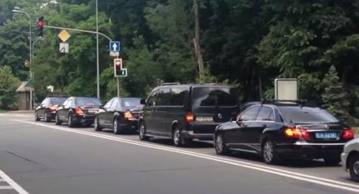 Прохожие сняли кортеж Порошенко, затормозивший на светофоре