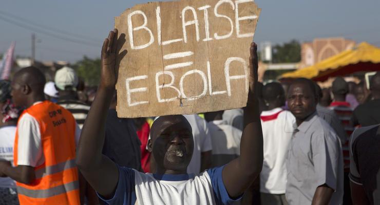 """""""Черная весна"""" в Буркина-Фасо: тысячи людей штурмуют парламент"""