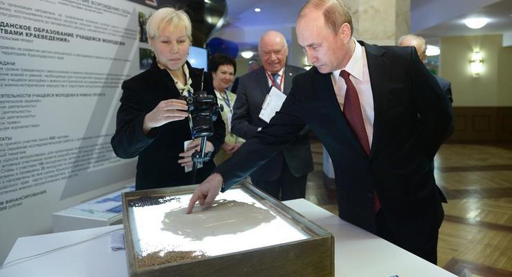 Путин нарисовал рожицу на песке
