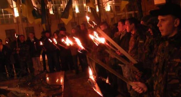 Мариуполь почтил жертв трагедии под Волновахой факельным шествием