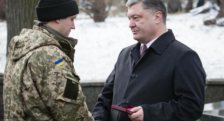 Порошенко: С 1 февраля за участие в бою будут платить 1000 грн в день