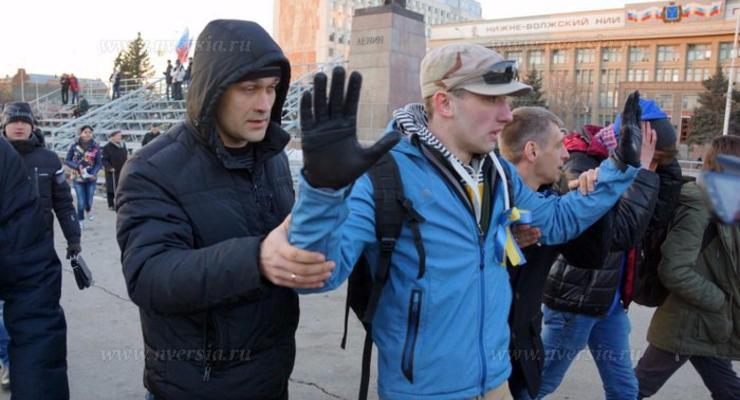 В Саратове на митинге по случаю аннексии Крыма задержали активистов с желто-голубыми ленточками