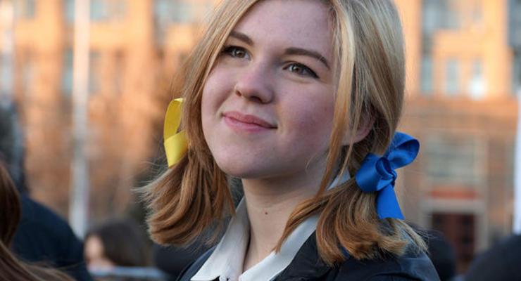 В ФСБ школьницу довели до слез допросами за желто-голубые ленточки