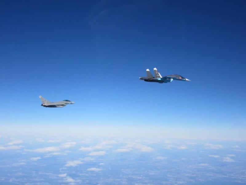 Истребитель Eurofighter Typhoon ВВС Испании сопровождает военный самолет РФ / theaviationist.com