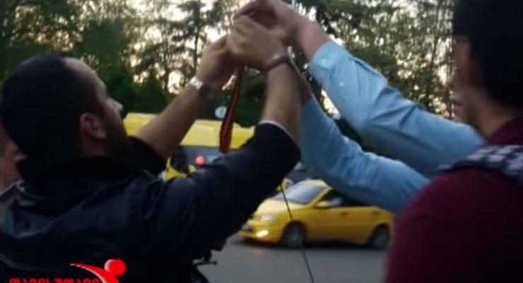 """В Тбилиси """"Ночных волков"""" активисты заставили снять георгиевские ленты"""