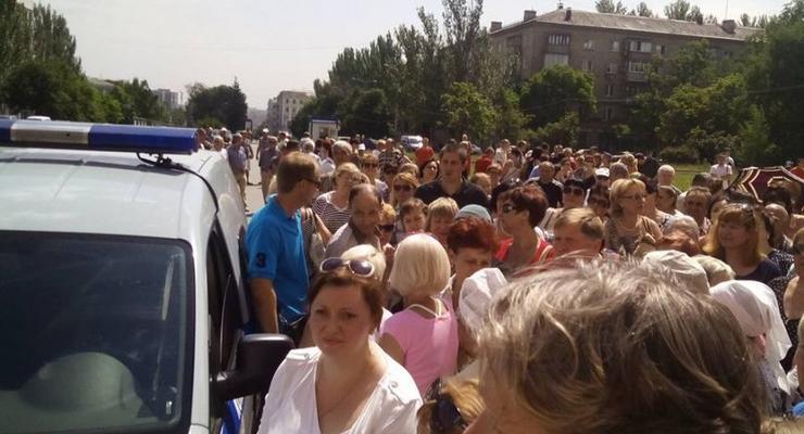 В центре Донецка антивоенный митинг: боевиков обвиняют в провокациях обстрелов