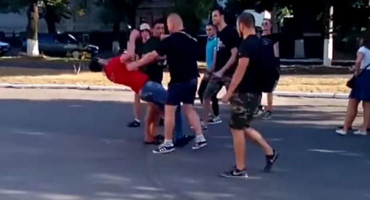 В Александрии мужчина получил удар в голову за футболку Компартии