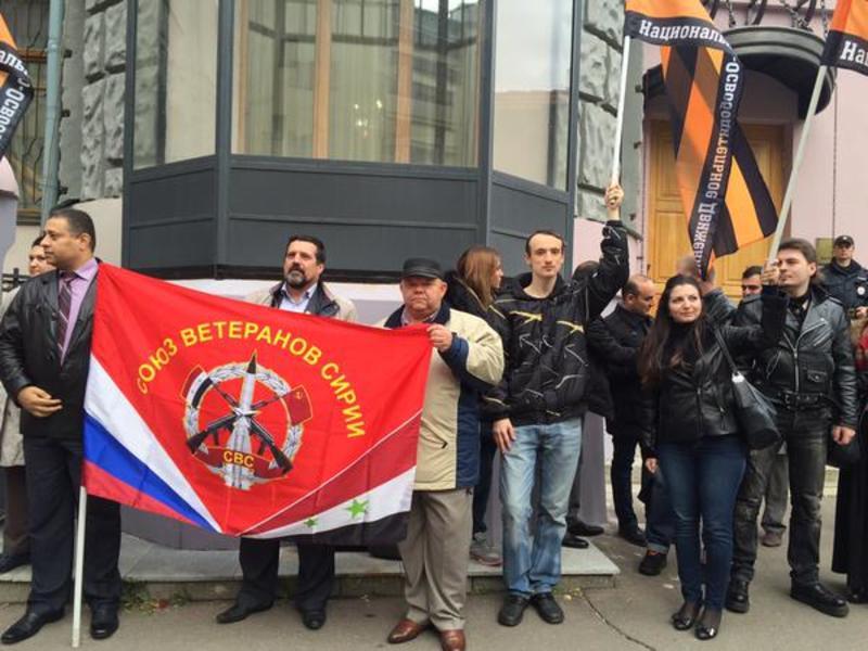 Участники немногочисленной акции поддержали действия РФ в Сирии / twitter.com/KatasonovaMaria