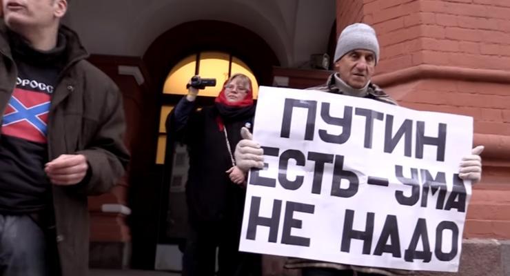 """""""Путин есть - ума не надо"""": в Москве напали на активиста с антипутинским плакатом"""