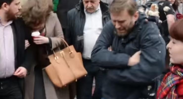 Навального в Новосибирске забросали пирожными и презервативами