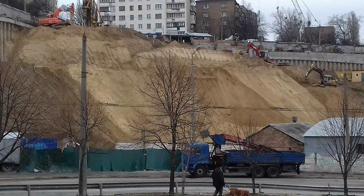 На строительстве в Киеве произошел оползень - соцсети