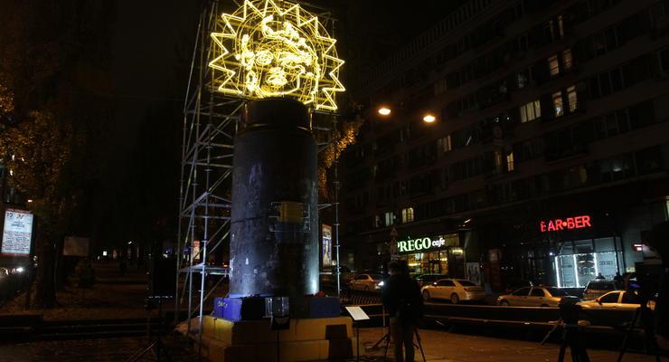 На месте памятника Ленину в Киеве появилась новая инсталляция