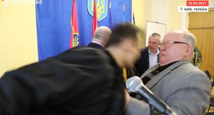 """Ветеран АТО ударил головой генерала из-за """"колорадских"""" ленточек"""