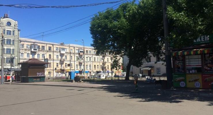 В Киеве на Контрактовой площади демонтировали МАФы