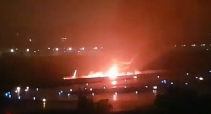 В Сочи самолет с пассажирами скатился в реку