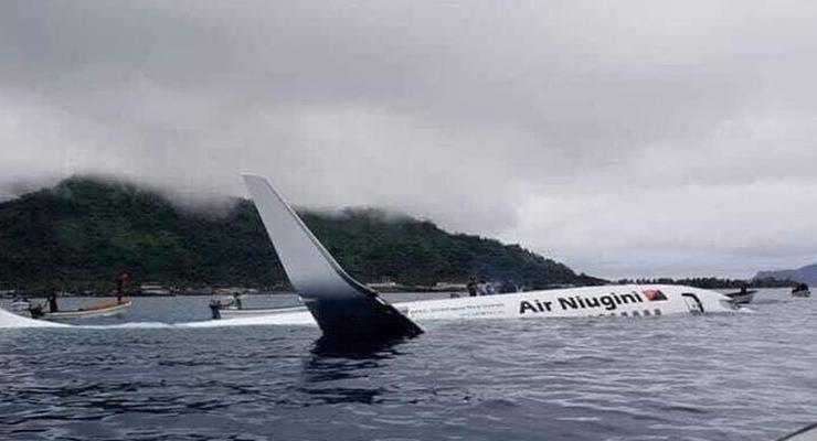 В Микронезии пассажирский самолет упал в воду