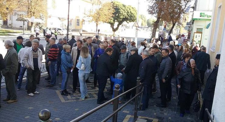Под Тернополем жители заблокировали ратушу Теребовли