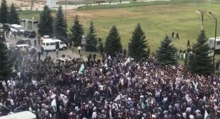 Протесты в Ингушетии: силовики со стрельбой эвакуировали депутатов парламента