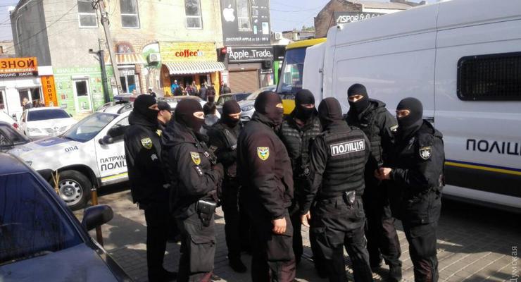 """В Одессе правоохранители устроили """"облаву"""" на радиорынок"""