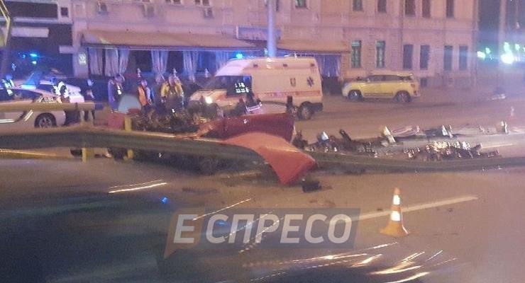 В Киеве авто протаранило отбойник: двое погибших