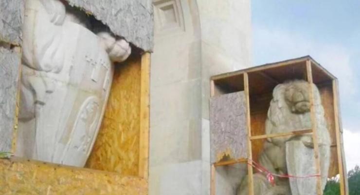 МИД Польши протестует из-за демонтажа львов на Лычаковском кладбище