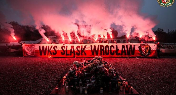 Польские ультрас жгли файеры на кладбище Львова