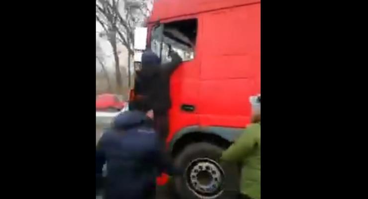 """В Полтаве """"евробляхеры"""" напали на водителя фуры"""