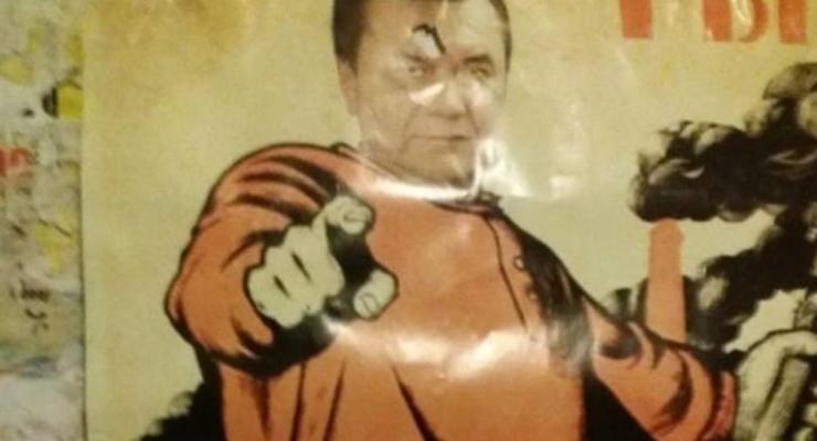 Янукович в образе красногвардейца: В Мариуполе расклеивали агитплакаты
