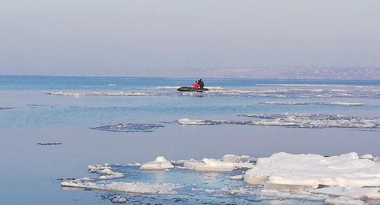 Украинцев просят избегать ловли рыбы на тонком льду