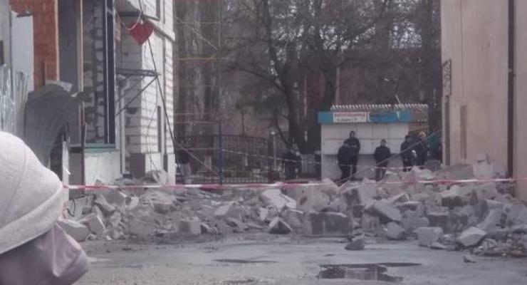 """В Одессе рухнула стена ТЦ, у женщины сотрясение мозга: В мэрии заявили, что она """"просто споткнулась"""""""