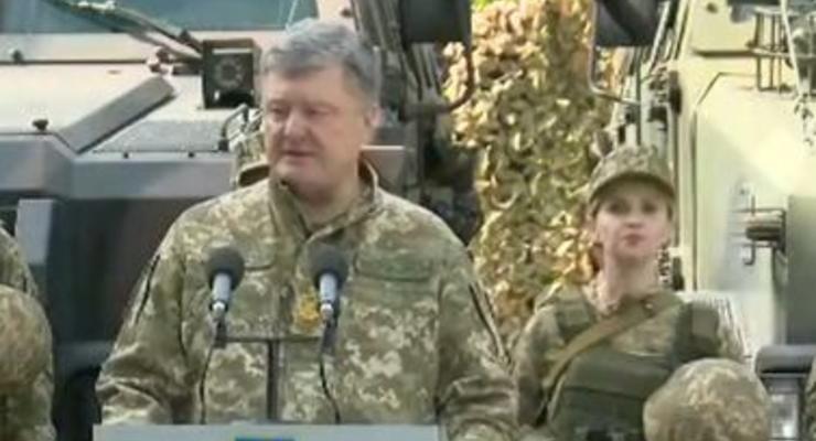В Авдеевке военнослужащая упала в обморок рядом с Порошенко