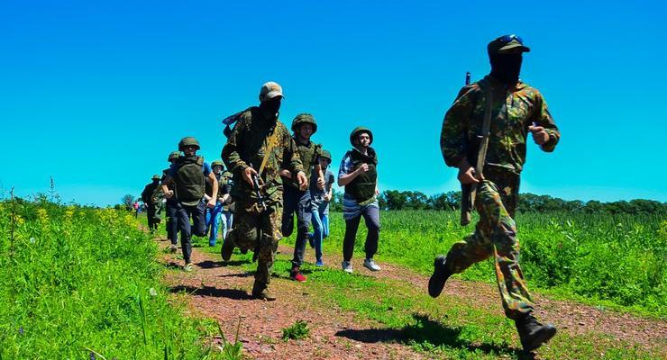 """В """"ЛДНР"""" детей учат стрелять из АК в рамках проекта """"Яркое детство"""""""