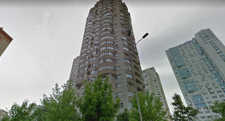 В Киеве бросают бутылки из многоэтажки на детскую площадку – соцсети