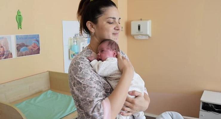 В Казахстане женщина родила двух детей с разницей в два месяца