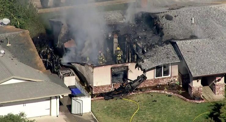 Небольшой самолет упал на дом в Калифорнии