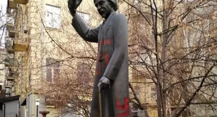 В Киеве вандалы расписали памятник Шолом-Алейхему свастикой