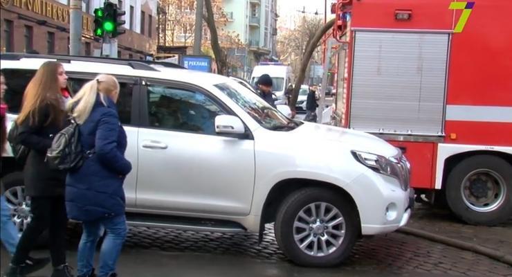 """Внедорожник """"слуги народа"""" заблокировал движение спасателям в Одессе"""