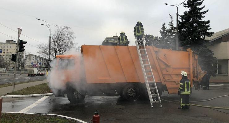 В Киеве горящий мусоровоз приехал прямо в пожарную часть