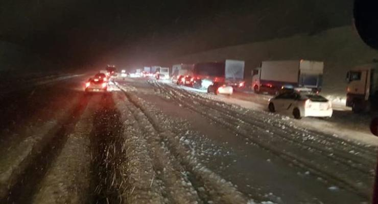 В Днепропетровской области из-за непогоды в пробках оказались тысячи авто
