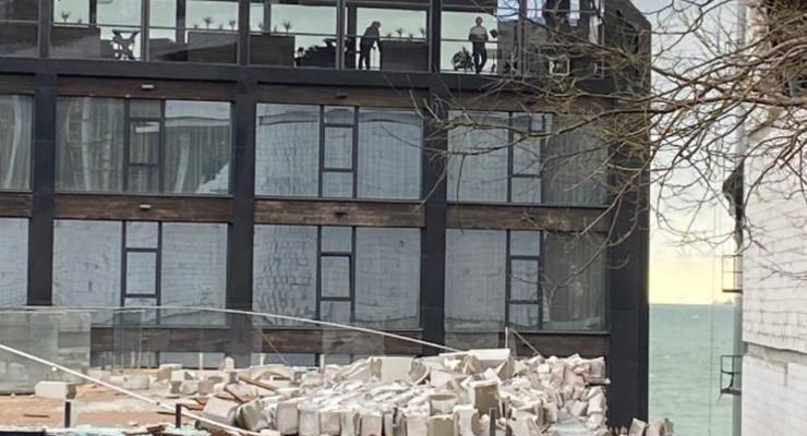 """В Одессе стена нового корпуса дельфинария """"Немо"""" обрушилась на детскую площадку"""