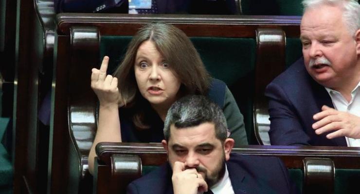 В Польше женщина-депутат показала средний палец оппозиции